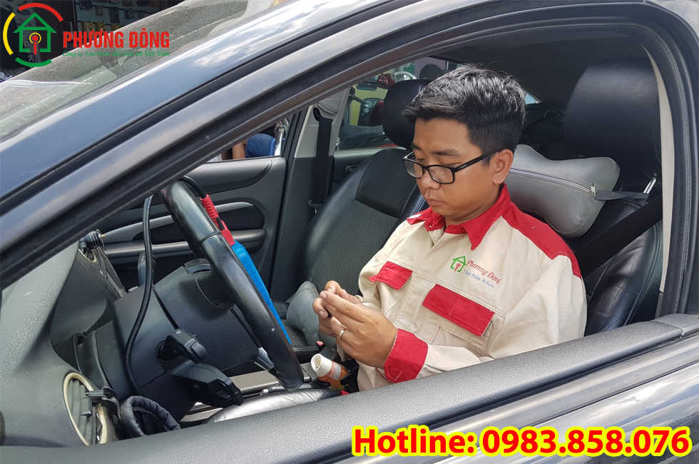 Thợ khóa Phương Đông đang cài đặt chìa khóa ô tô cho khách hàng tại Ngũ Hành Sơn