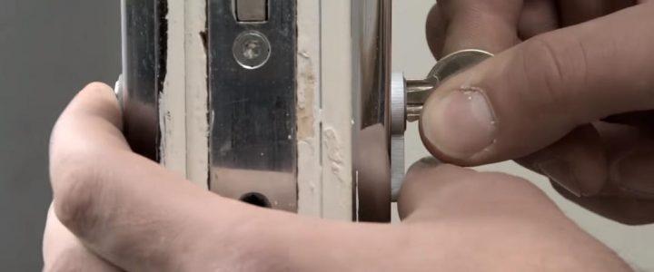 """Cách thay lõi khóa cửa Tay gạt -""""Phụ nữ"""" cũng có thể tự thay được"""