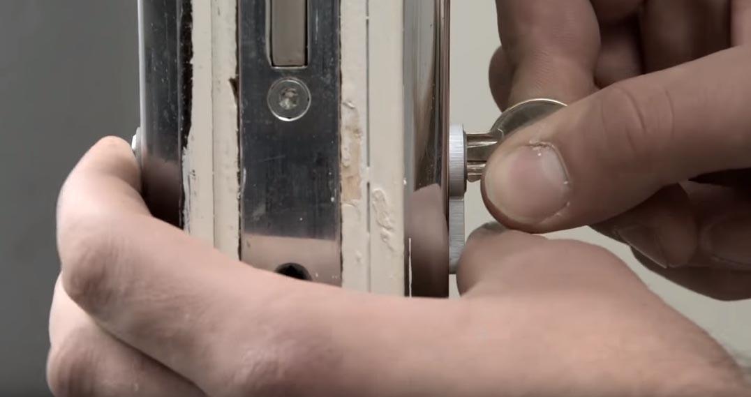 Cách rút lõi ổ khóa cửa tay gạt