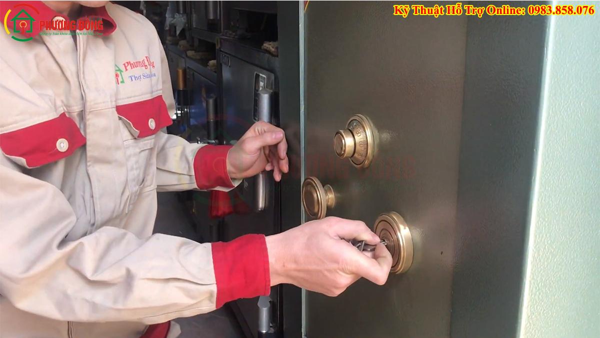 Thợ sửa khóa két sắt của Phương Đông