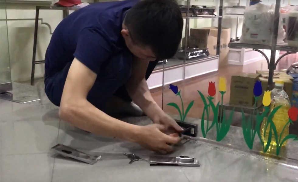 Thợ sửa khóa cửa kính