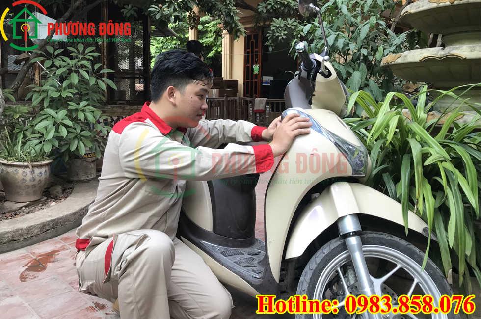 Thợ sửa khóa cổ xe máy bị kẹt
