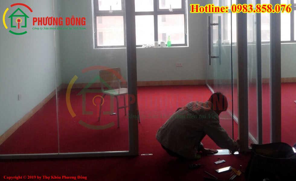 thợ sửa bản lề cửa kính