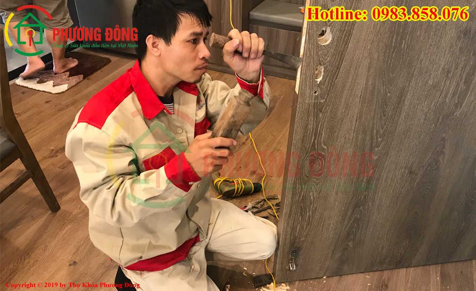 Thợ khóa Phương Đông đang lắp khóa cửa điện tử cho khách hàng tại Uông Bí