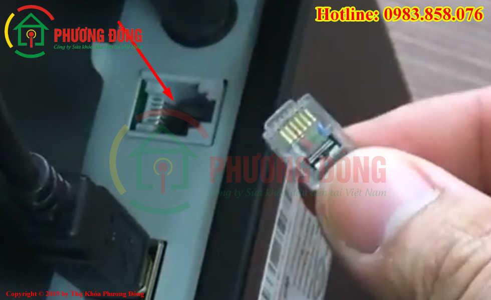Cắm cổng kết nối của két sắt thu ngân vào máy in bill