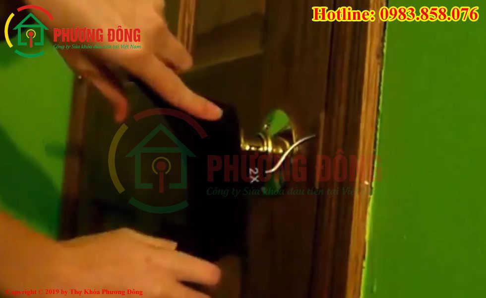 Mở khóa nắm tròn bằng móc quần áo