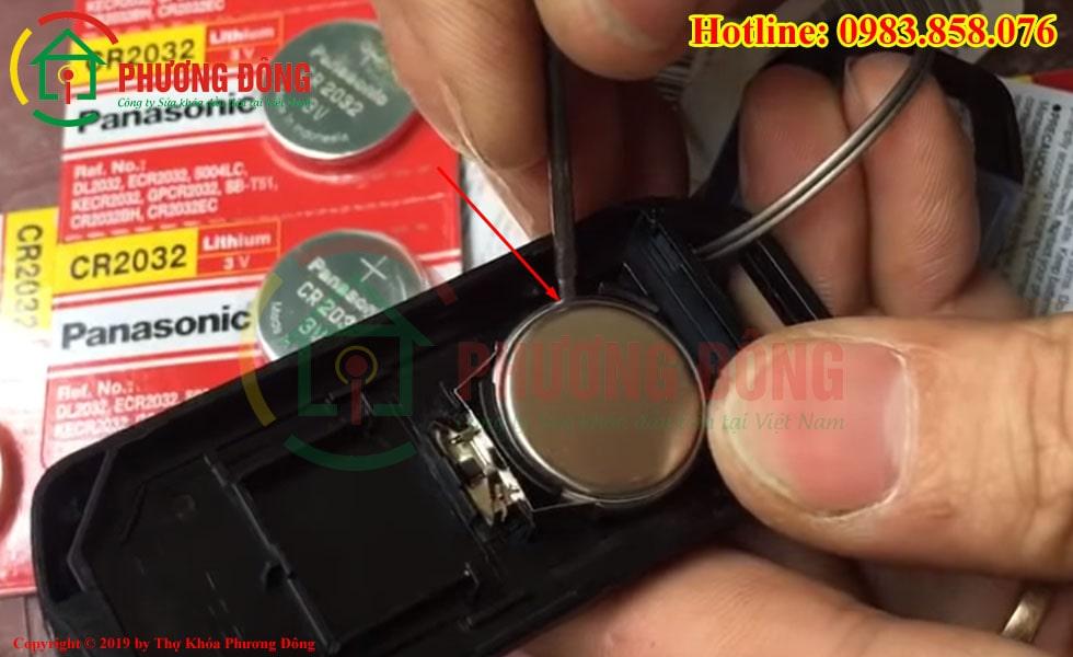 Lấy pin cũ khóa SH ra