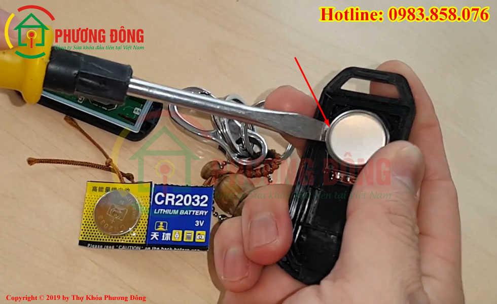 Cạy nhẹ pin chìa khóa Airblade ra ngoài