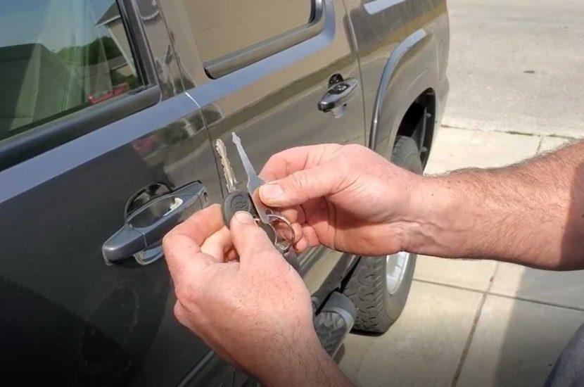 Cách mở cửa xe ô tô bằng chìa khóa đa năng