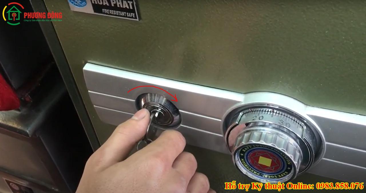 cách mở két sắt bằng chìa khóa chính